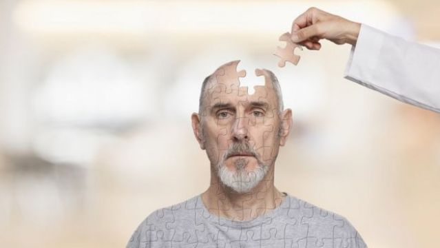 homem com o cerebro em pedacos