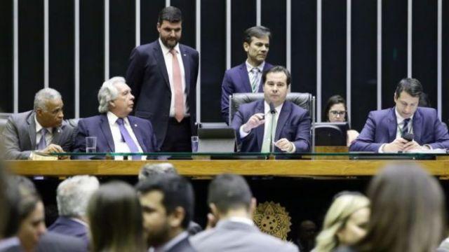 Rodrigo Maia na mesa da Câmara