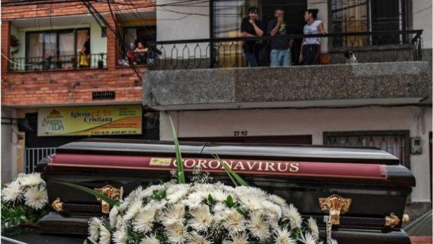 Entierro simbólico del coronavirus en Colombia