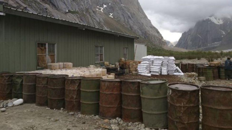 Barriles de keroseno en un puesto militar.