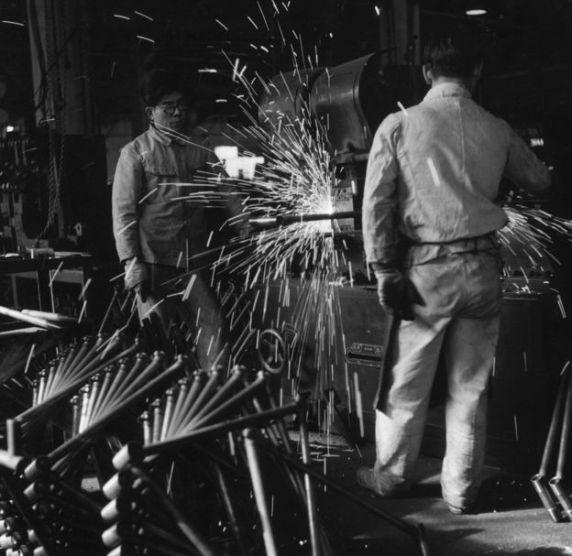 জাপানের একটি কারখানায় তৈরি করা হচ্ছে বাইসাইকেল। ১৯৫৩ সালের ছবি।