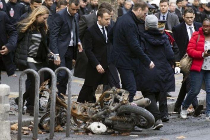 Macron camina por París