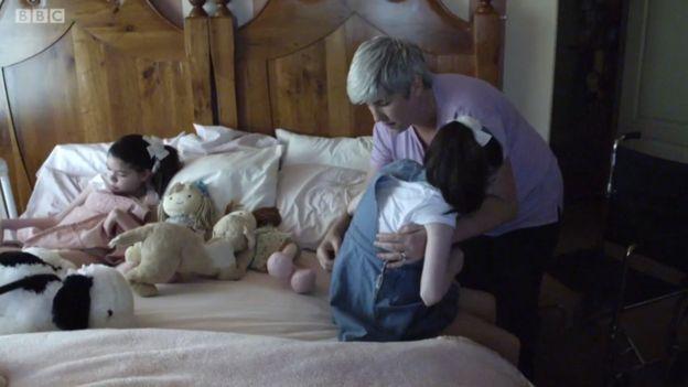 Chris Hempel con sus hijas.