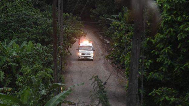 Ambulância deixando área do parque neste domingo