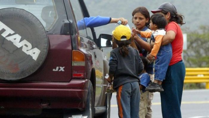 Familia pidiendo dinero en Quito