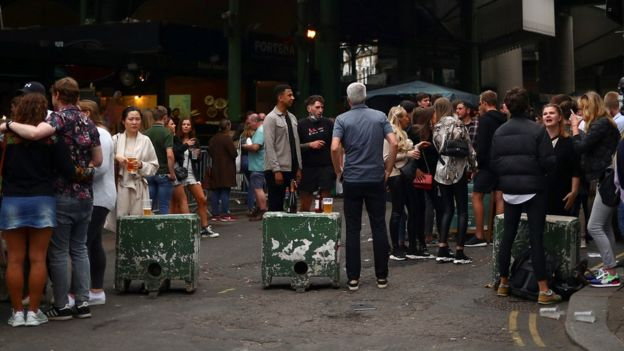 Pessoas bebem na rua em Londres