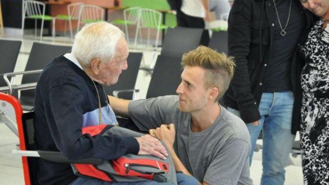 Goodall despidiéndose de su nieto en el aeropuerto de Perth el 2 de mayo de 2018.