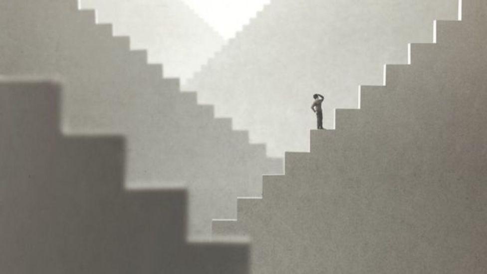 Hombre en escalera.