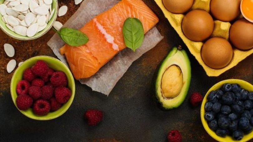 Comida saudável para o cérebro e boa memória: abacate, amêndoas, semente e peixe