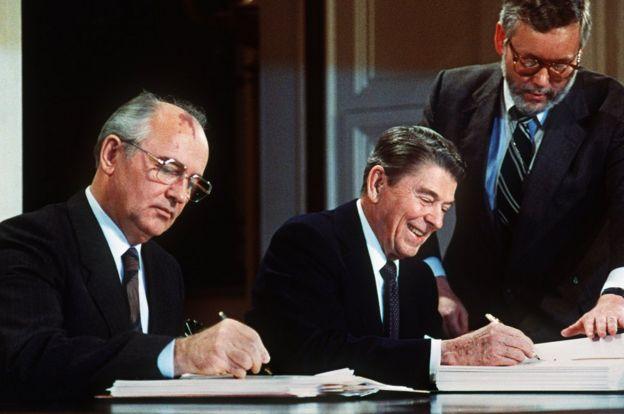 Resultado de imagen para Fotos de Ronald Reagan y Mijaíl Gorbachov