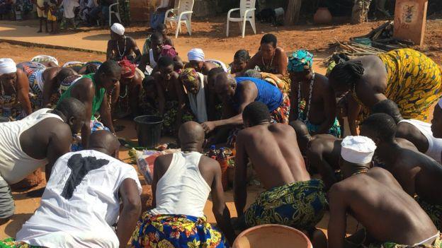 Un grupo de seguidores del vudú oran durante una ceremonia de limpieza en Ouidah, Benín.