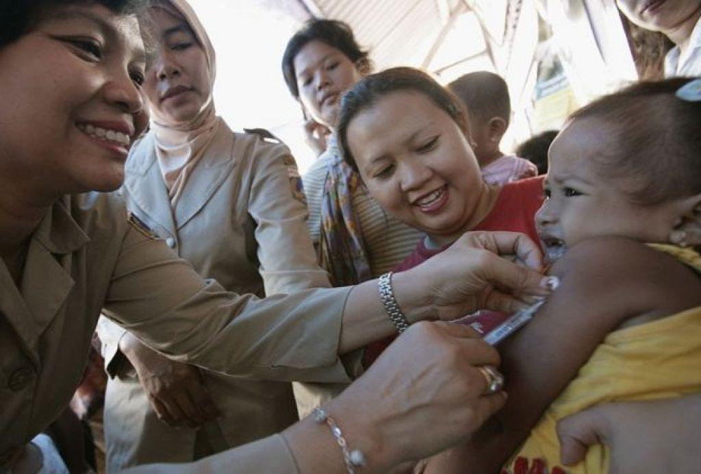 تطعيم طفل باللقاح ضد الحصبة الالمانية عن طريق الحقن