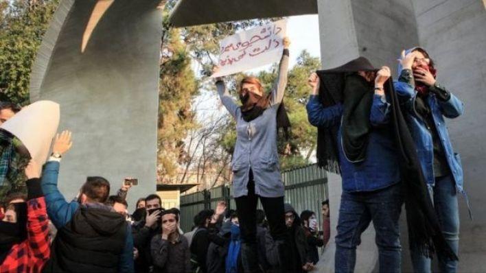 متظاهرون في جامعة طهران 30/12/2017