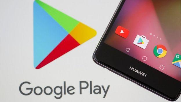Logo de Google Play y teléfono Huawei.