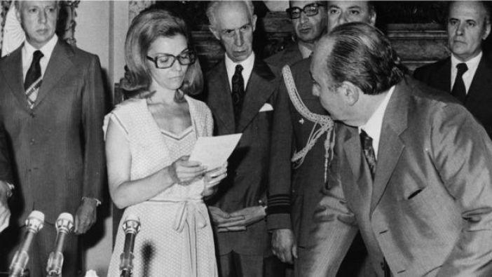 Isabel Martínez de Perón toma juramento a ministros de un nuevo gabinete, en febrero de 1976.