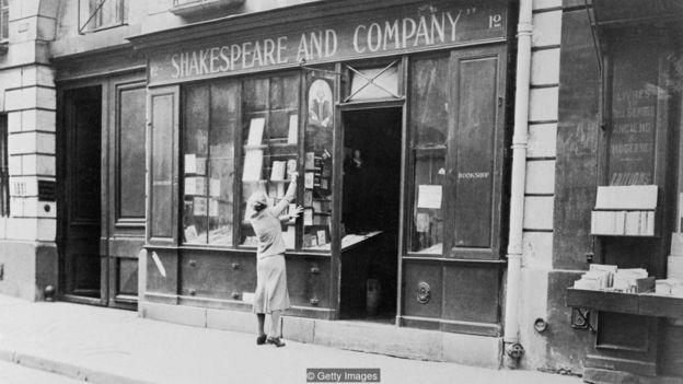 Sylvia Beach di luar toko bukunya di Paris yang menjadi surga bagi penulis-penulis modern.