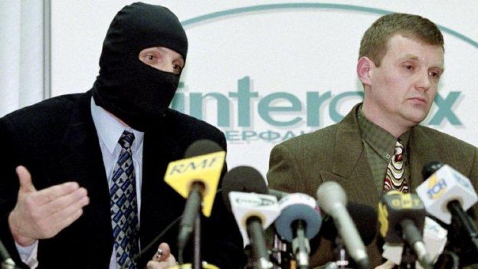 Litvinenko (midig) ayaa dadkii ay FSB ka wada shaqaynayeen ku eedeeyey musuqmaasuq sanadkii 1998-dii.