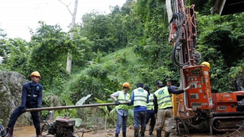 Autoridades locais tentaram fazer perfurações nas rochas, para ajudar a drenar a água que preenche os dutos das cavernas da Tailândia onde os 13 rapazes estão presos