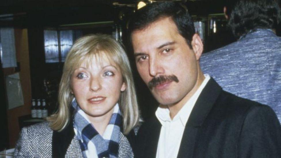 Freddie Mercury y Mary Austin en 1985.