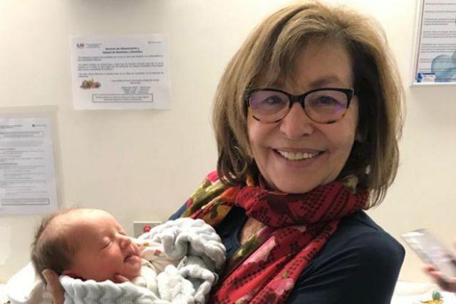Eva Benatar con uno de sus nietos.