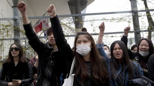 Demonstrators from the Asian community protest outside the 19th district's police station in Paris (28 March 2017)