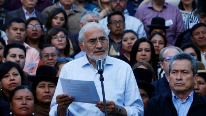 Carlos Mesa addressing a crowd of people on 3 November