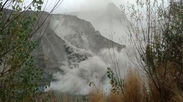 A picture shows a landslide in Pakistan's northern Hunza valley following an earthquake (26 October 2015)