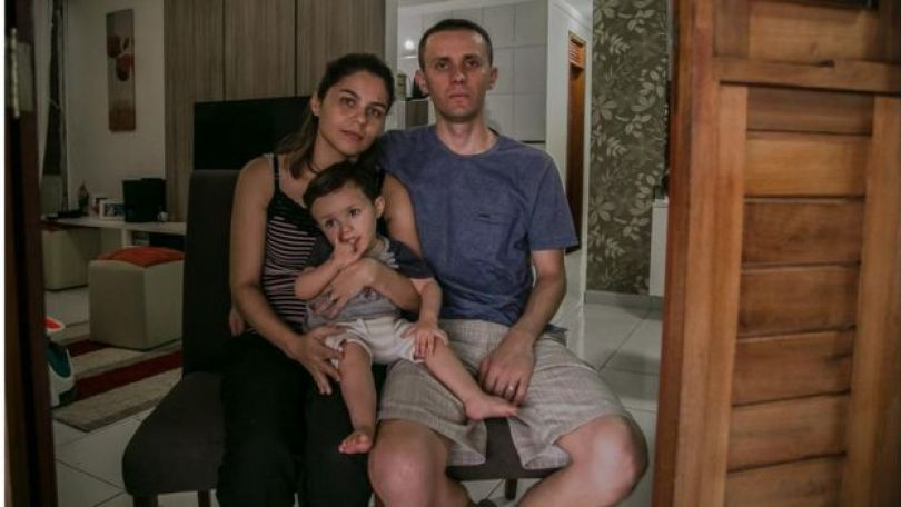 O analista de sistemas Rinaldo Silveira, a nutricionista Michelle Costa e o filho do casal, Guilheme