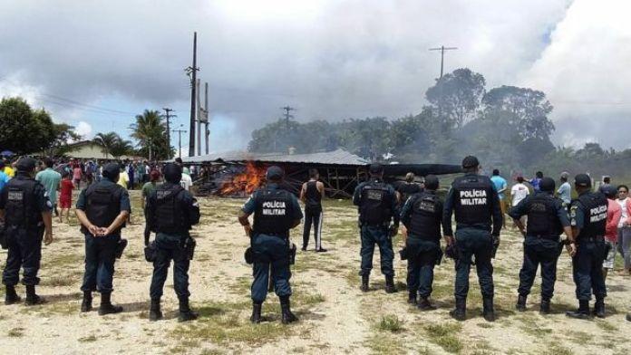 Policía militar frente a la zona de los disturbios
