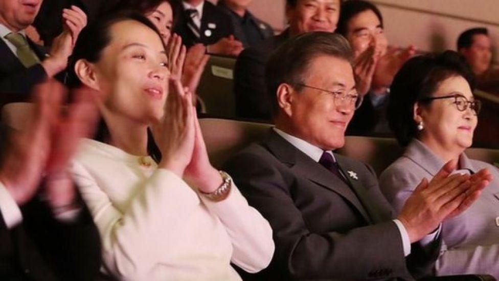 Rais wa Korea Kusini Moon Jae-in (katikati) akitazama mchezo wa Olyimpiki na dada yake kiongozi wa Korea Kaskazini Kim Jong-in , Bi Kim Yo-jong (Kushoto) tarehe 11 Februari, mjini Seoul, Korea Kusini.