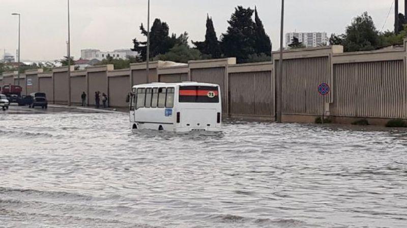 Ziya Bünyadov körpüsündə sel suları, tıxac yaranıb