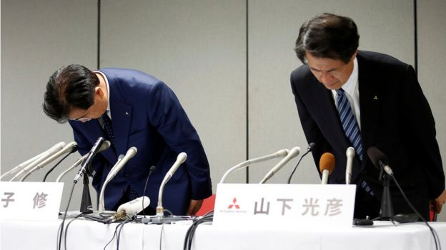 Mitsubishi Motors Corp's Chairman and Chief Executive Officer Osamu Masuko (left) and Head of Research and Development Mitsuhiko Yamashita (right) bow their heads to apologise over the company's mileage scandal, at a news conference in Tokyo, Japan. 30 August 2016.