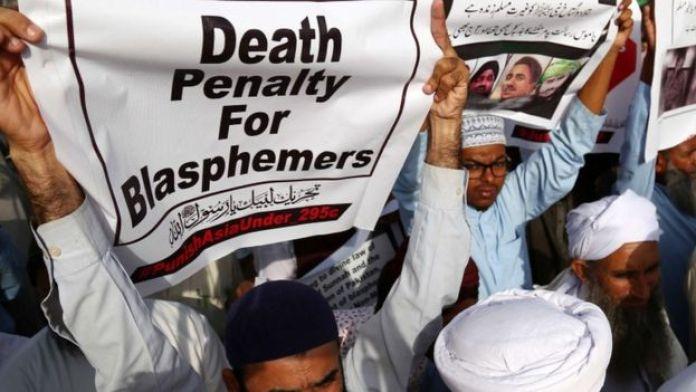 Hardline protesters hold banners demanding death for blasphemers in Karachi, Pakistan (12 Oct 2018)