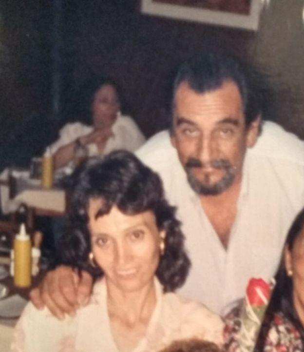 Imagem mostra o músico Lúcio Yanel e a mulher, Sueli, que tem Alzheimer. Na foto, eles aparecem em 1996