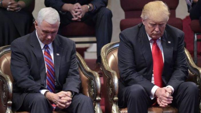 Trump en oración durante una conferencia de pastores evangélicos