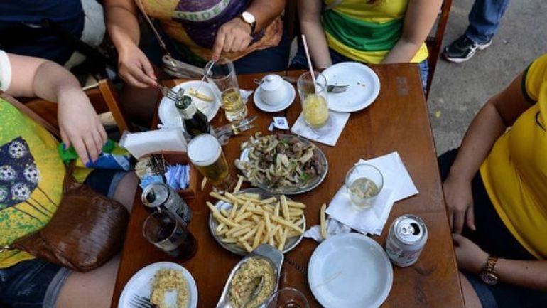 Brasileños comiendo en un restaurante