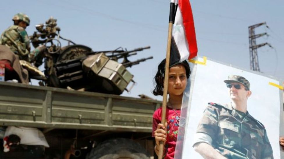 Dera'da beşar Esad fotoğrafı taşıyan bir çocuk