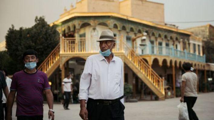 رجل من الإيغور يسير في كاشغار، الصين