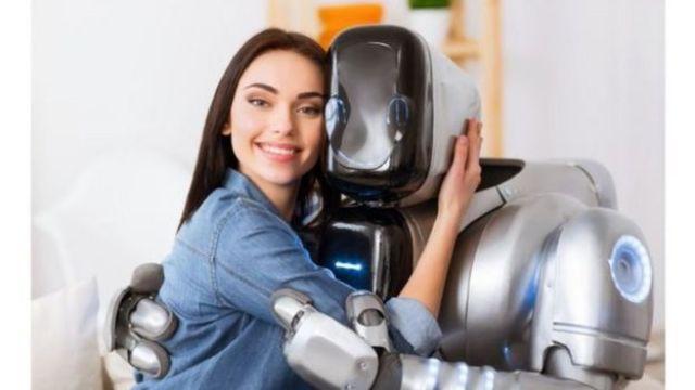 Mulher abraça um robô