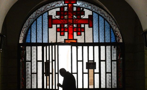 エルサレムのフランシスコ会修道院の入り口にあるエルサレムクロス、2018年3月14日
