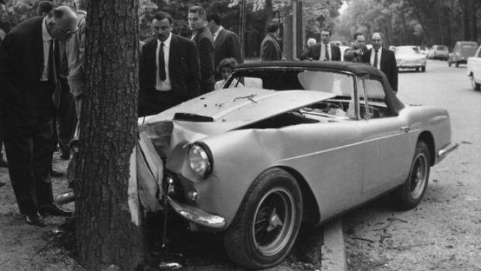 Ferrari que conducía Rubirosa chocada contra un árbol en una calle de París en 1965.