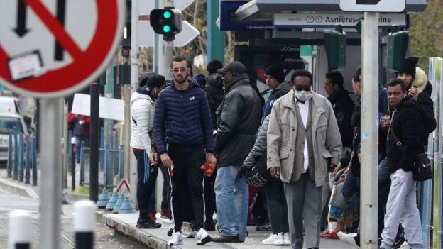 Personas en una estación de tren en Saint Denis, en las afueras de París.