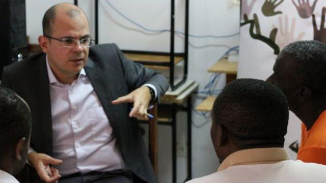 O defensor João Chaves conversa com três imigrantes em Corumbá