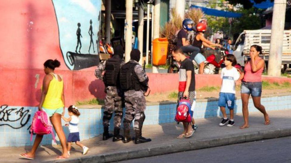 Operação policial perto de escola