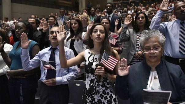 Nuevos estadounidenses hacen el juramento de ciudadanía.