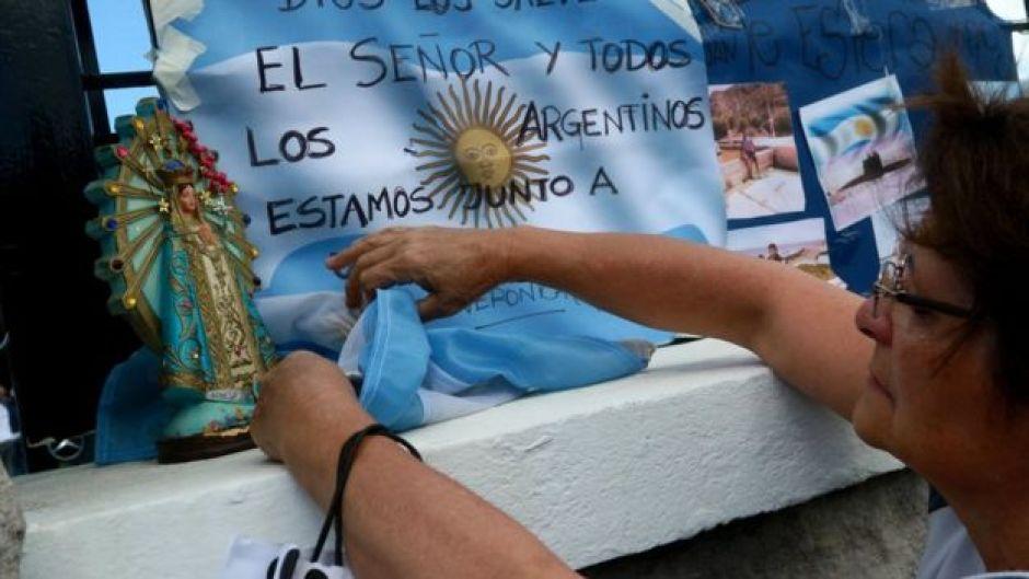 Una mujer frente a una bandera argentina que pide por los marinos de ARA San Juan.