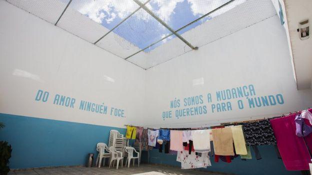 """جملة محفورة على جدار سجن آباك وهي """" لا أحد يفر من الحب""""."""
