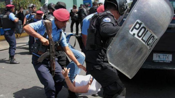 Un policía nicaragüense deteniendo a un protestante el año pasado.