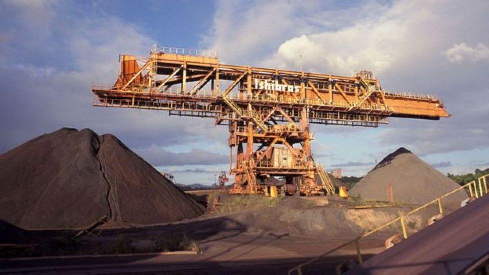 Montanhas de minério de ferro no Porto de Tubarão