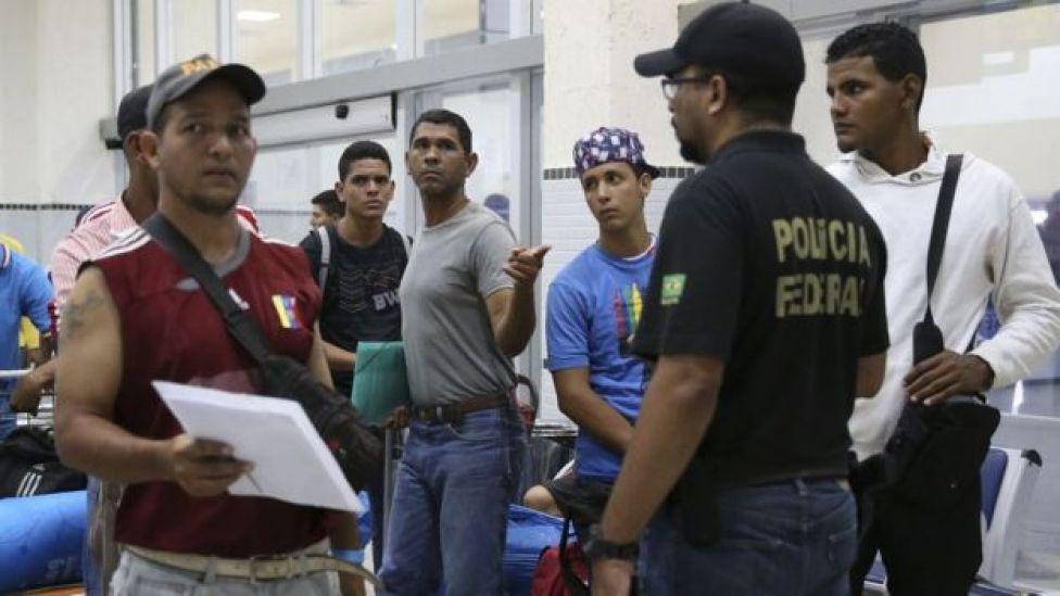 Refugiados venezuelanos embarcando de Boa Vista a São Paulo em abril